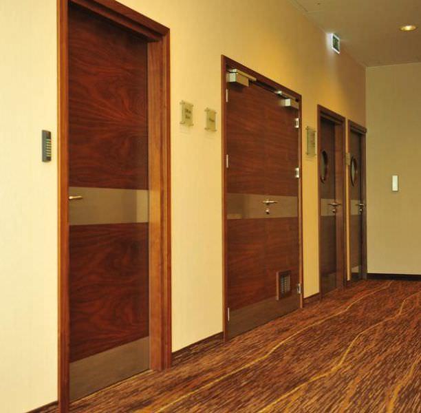 drzwi drewniane hotel