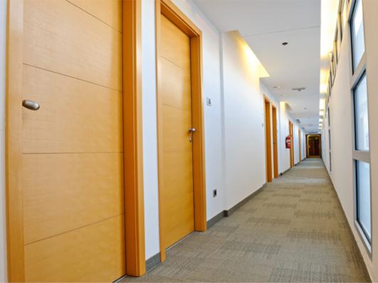drzwi drewniane hotel1